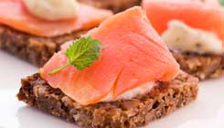 smoked-salmon-canape-rounds-on-date-bread