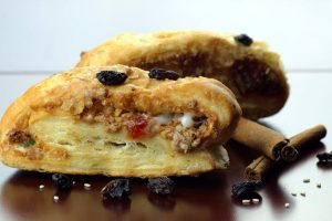 almond strudel with raisins