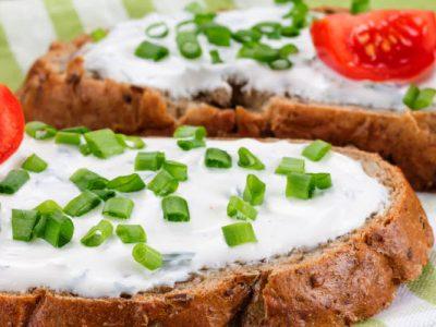 cream cheese tomato and onion sandwich         h