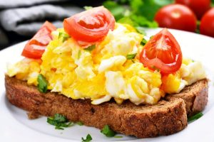 scrambled eggs with tomato and cheese